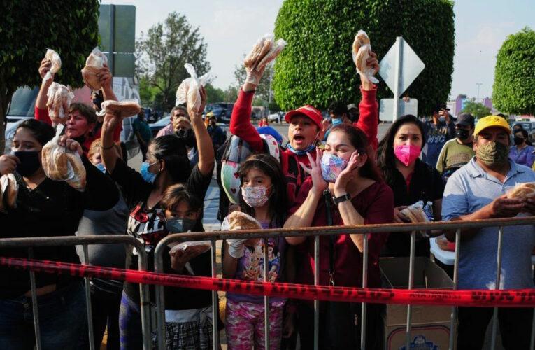 Vecinos de Tláhuac despliegan solidaridad: tortas y agua para las víctimas de un accidente que habían vaticinado (Ciudad de México)