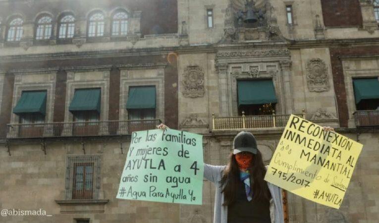 Saxofonista atacada con ácido protesta en Palacio Nacional (Oaxaca)