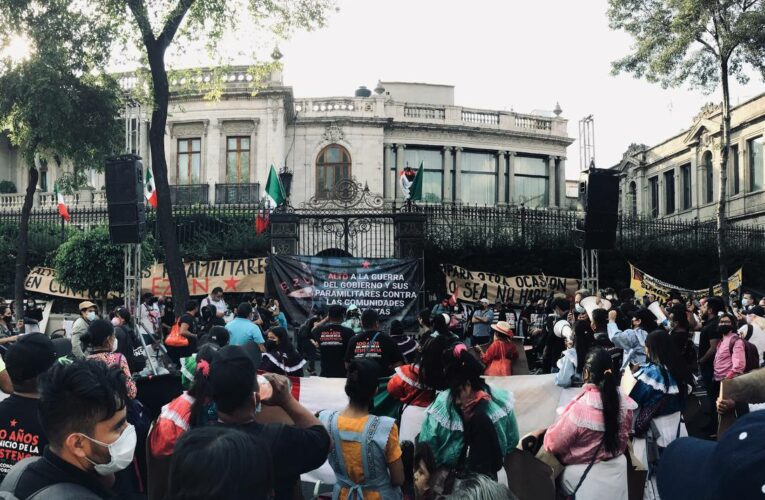 Colectivos, organizaciones e individuos marchan en la CDMX para decirle a los pueblos zapatistas que ¡No están solos!