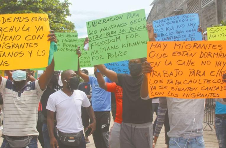 Migrantes haitianos bloquean carretera en Altamira, Tamaulipas
