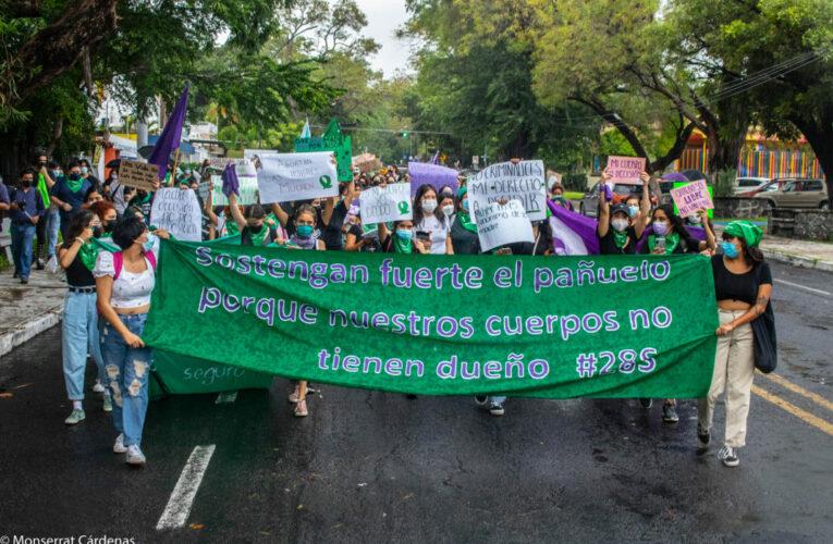 Mujeres marchan en Colima y exigen aborto seguro y gratuito