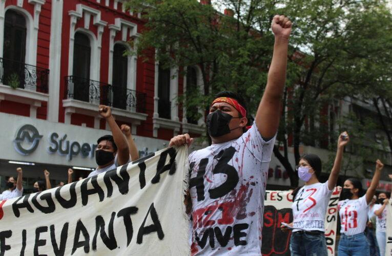 Con resistencia de la autoridad, normalistas de Jalisco marchan por los 43 de Ayotzinapa (Jalisco)