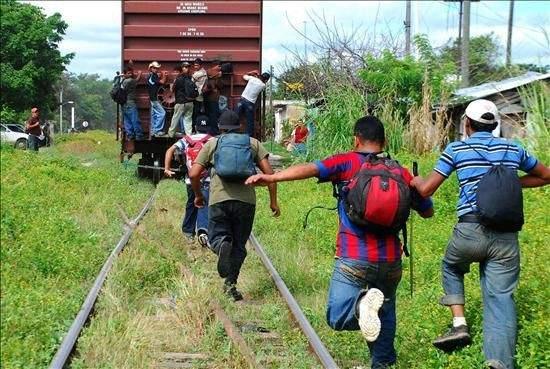 A balazos cazan policías a migrantes que iban en tren