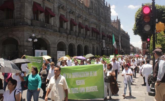 Cerca de dos mil médicos y enfermeras protestaron en Puebla