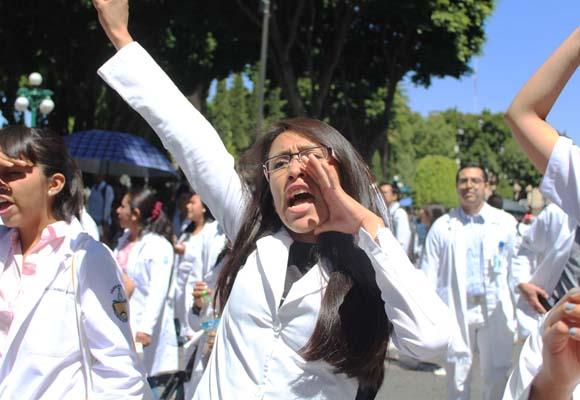 Médicos del IMSS en Puebla rechazan Sistema Universal de Salud