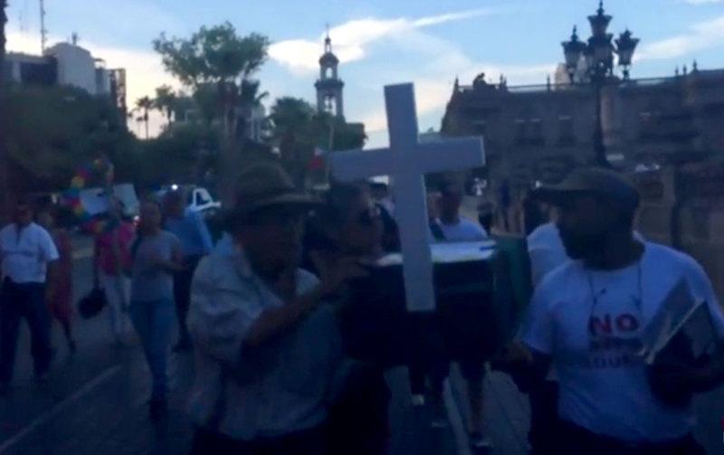 Maestros de Nuevo León realizan 'funeral de políticos'