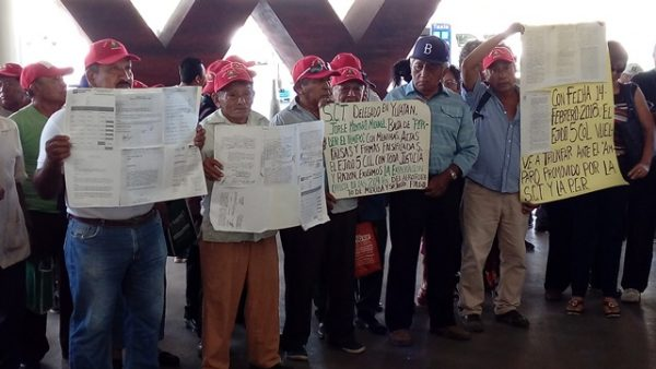 Ejidatarios de Cinco Colonias bloquean aeropuerto de Mérida