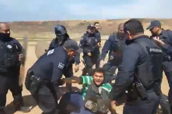 Policías municipales agreden y dañan equipo de trabajo a reportero de La Jornada BC