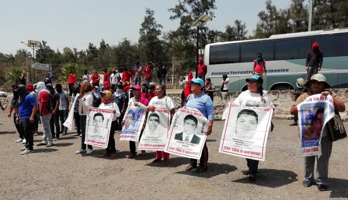 Normalistas realizan pintas en cuartel militar en Chilpancingo, Guerrero