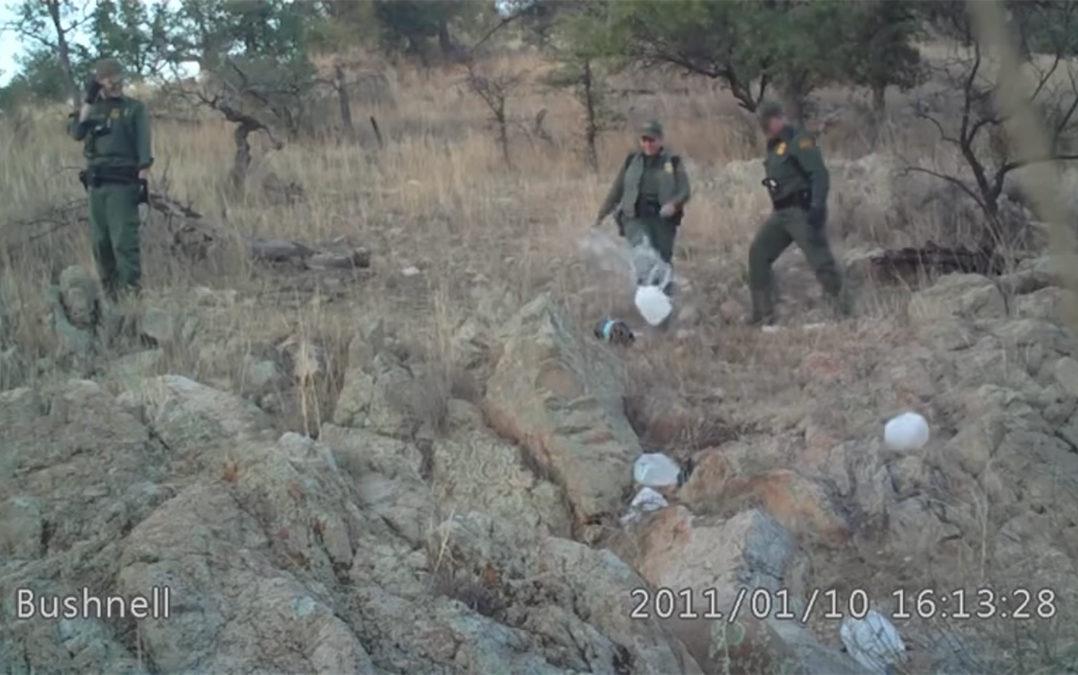 La Patrulla Fronteriza vandaliza ayuda humanitaria para migrantes en desierto de Arizona, denuncian activistas (Video)