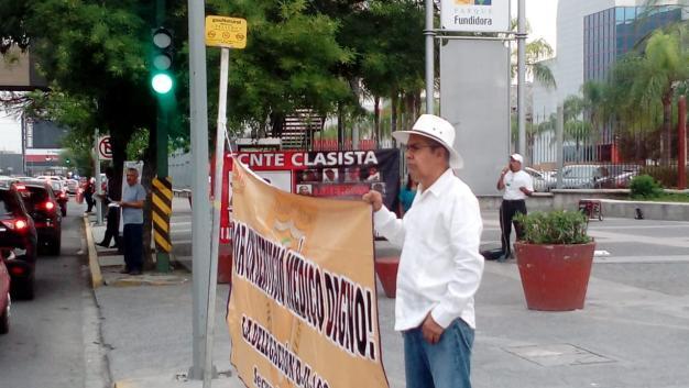 Protestan en festejo del Día del Maestro por servicios médicos (Nuevo León)