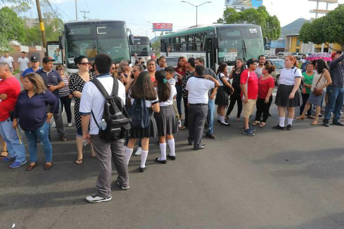 Por falta de mesabancos, padres de familia bloquean vialidades en Sonora