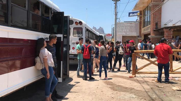 """Manifestantes """"paralizan"""" San Carlos; exigen presentación de jóvenes desaparecidos (Sonora)"""