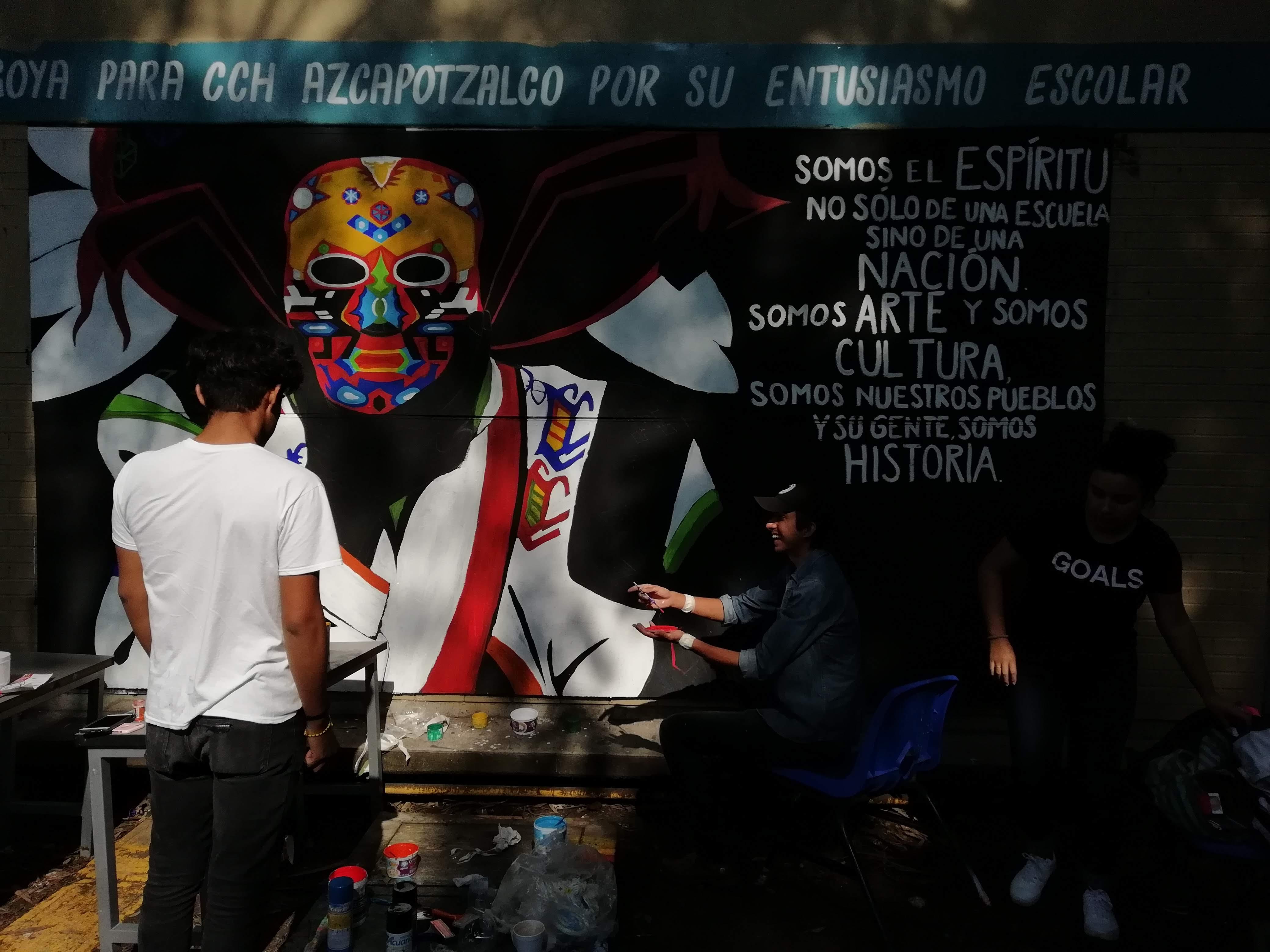 En la mañana los estudiantes del CCH Azcapo pintan sus muros con rebeldía; en la tarde los porros lanzan bombas molotov y petardos.