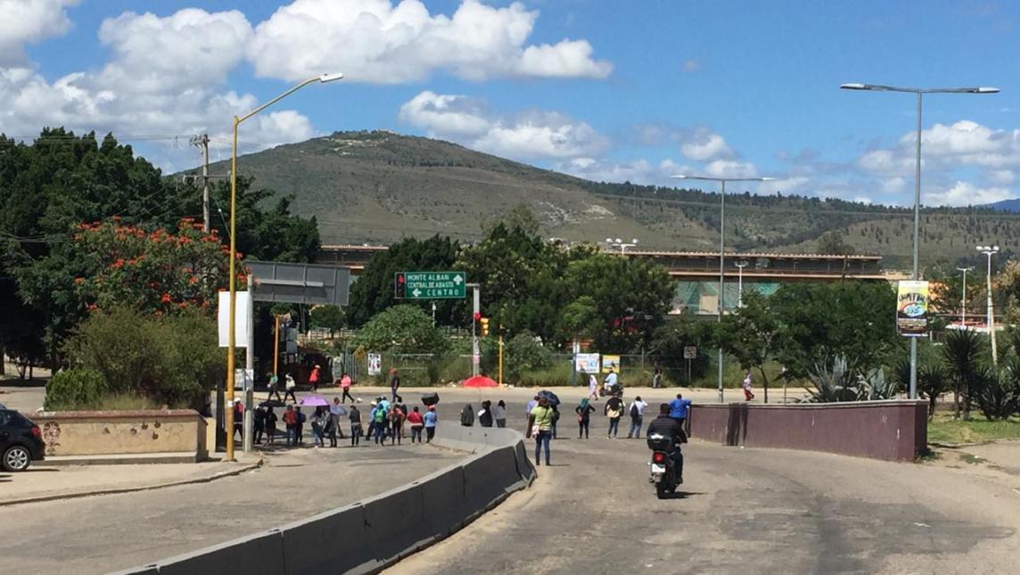 Más de 8 horas de bloqueo en Oaxaca; padres exigen construcción tras sismo de 2017