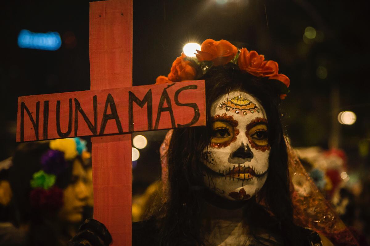 En la CDMX Catrinas marchan contra feminicidios