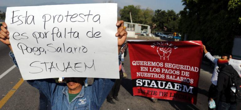 Bloquean trabajadores de la UAEM accesos a Cuernavaca