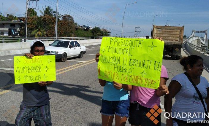 Bloquean vecinos la carretera Acapulco-Pinotepa por falta de agua (Guerrero)