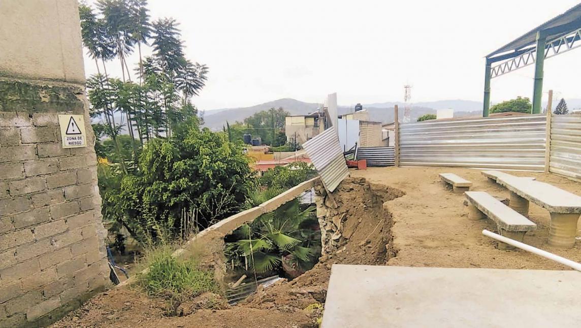 """Sigue el riesgo en escuela """"Paul Percy"""" (Oaxaca)"""