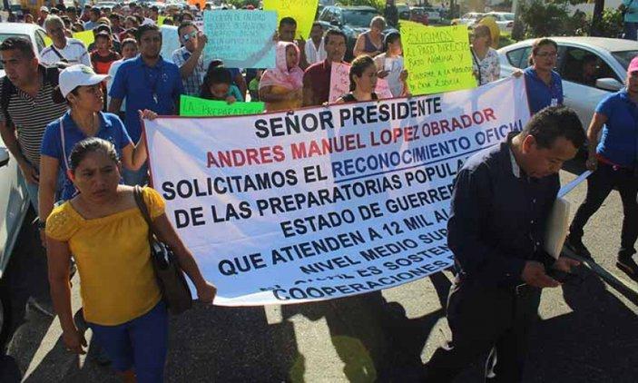 Marchan en la Costera profesores de preparatorias populares de Guerrero