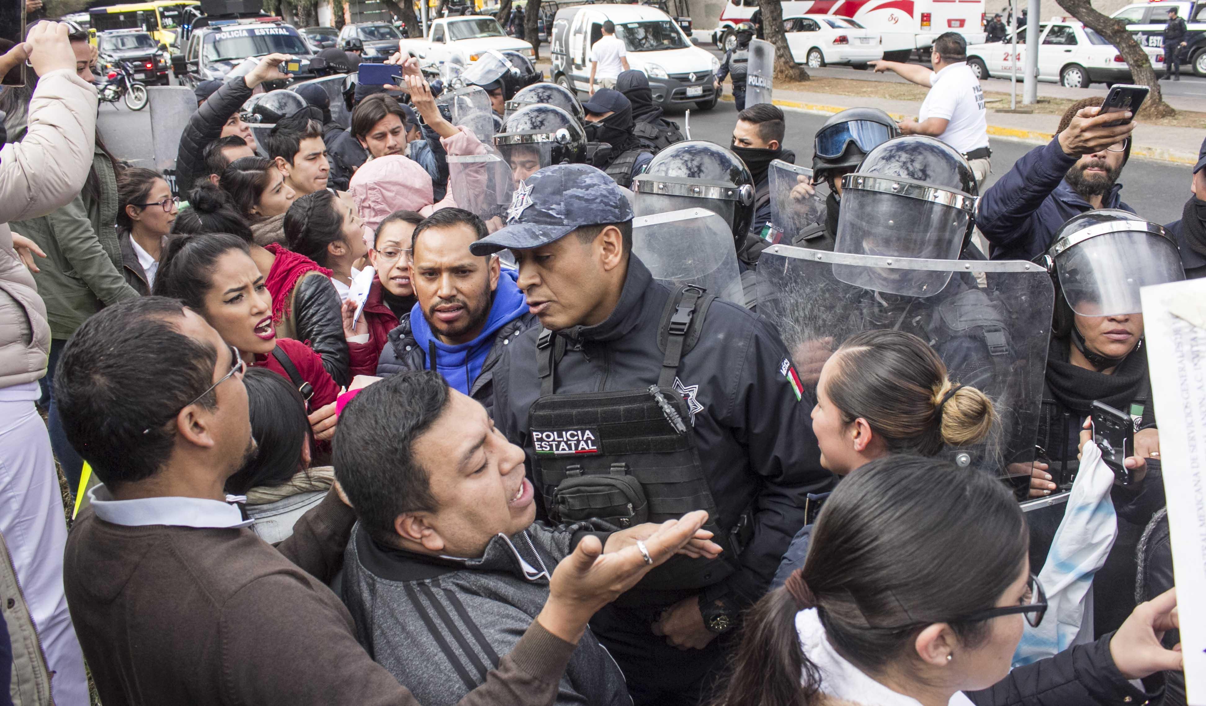 Reprimen manifestación de médicos (Zacatecas)