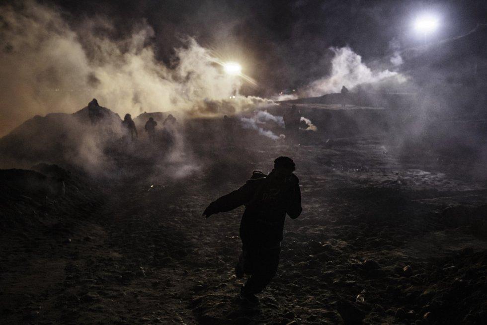 Los guardias fronterizos de EE UU repelen a un grupo de inmigrantes con gases lacrimógenos (Baja California)