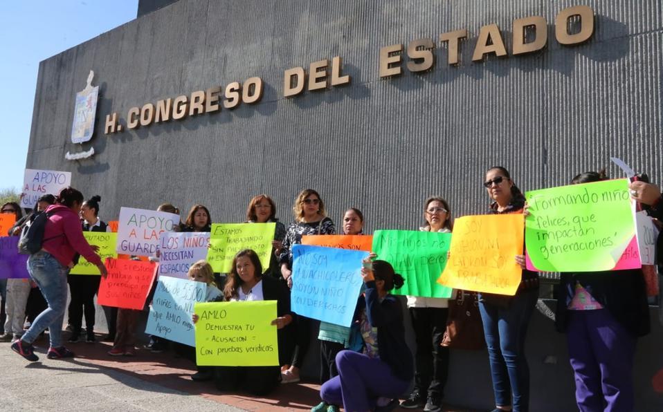 Protestan maestras afuera de Congreso por cancelación de apoyos a estancias infantiles (Nuevo León)