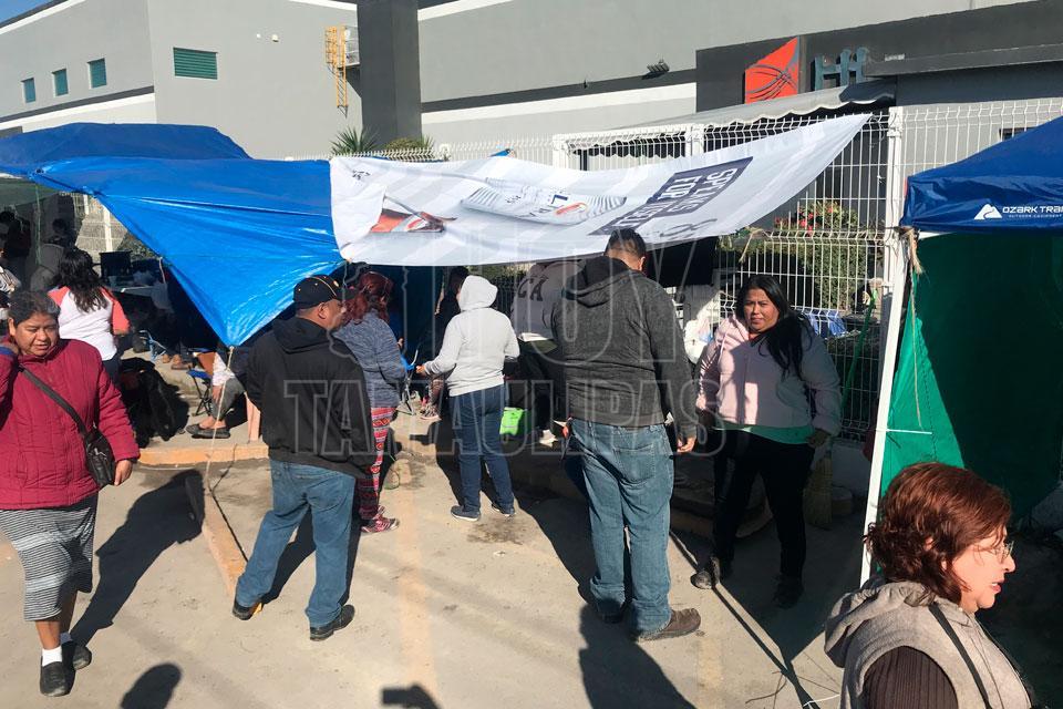 Siguen afuera de empresas obreros de Matamoros que aún no firman contrato (Tamaulipas)