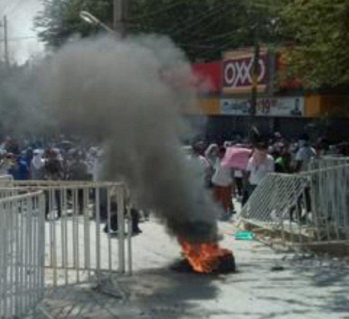 Se enfrentan familiares de reos con policías antimotines afuera del penal en Acapulco
