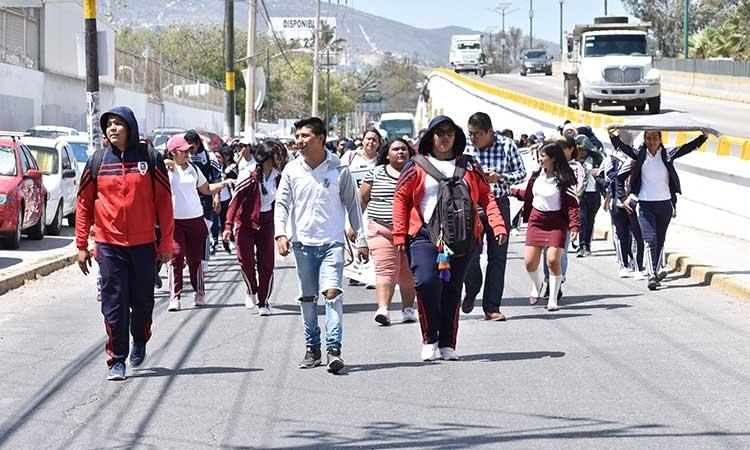Marchan poco más de 200 normalistas del Funpeg por calles de Chilpancingo (Guerrero)