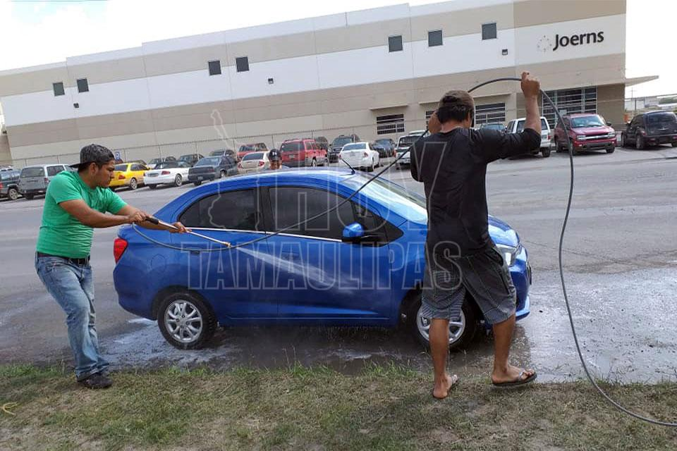 Obreros de Matamoros en paro lavan carros para sobrevivir (Tamaulipas)