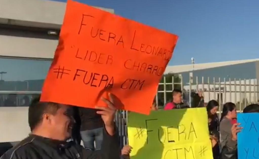 Obreros de maquiladora de Victoria piden salida de su líder sindical por traidor (Tamaulipas)