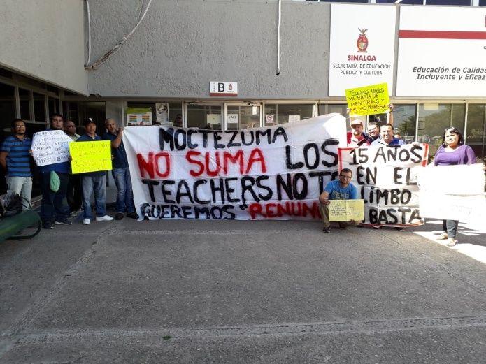Maestros de inglés protestan por meses sin pago frente a Sepyc (Sinaloa)