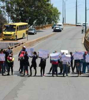 Con caótico bloqueo demandan servicios sanitarios en centro escolar (San Luis Potosí)