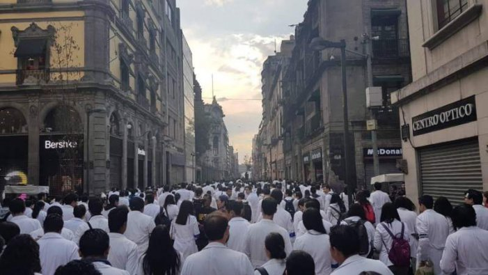 Marchan médicos residentes para exigir el pago de sus salarios (Ciudad de México)