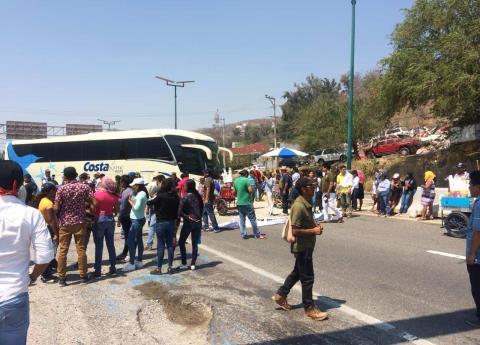 Activistas bloquean la autopista del Sol; piden aparición del líder comunitario (Guerrero)