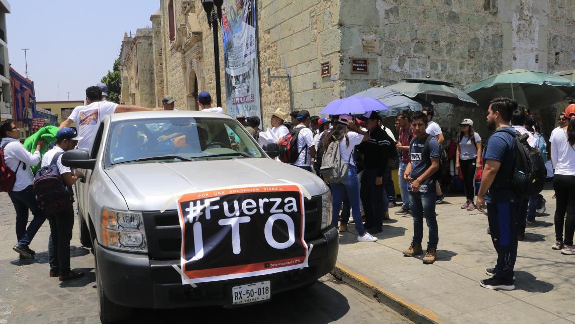 Estudiantes del ITO marchan, recogen basura y regalan juguetes  (Oaxaca)