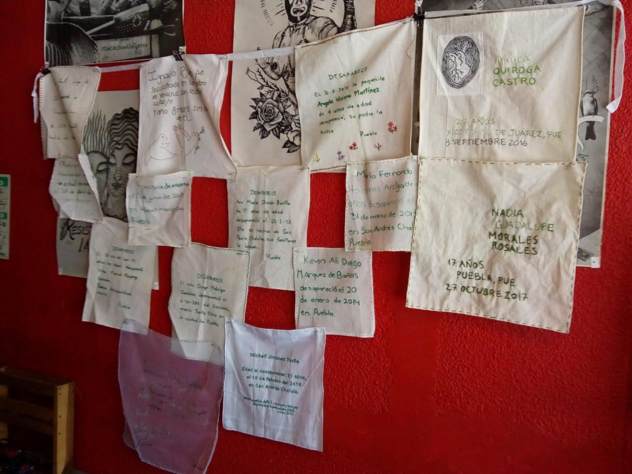 Madres bordan mural con nombre de desaparecidos (Puebla)