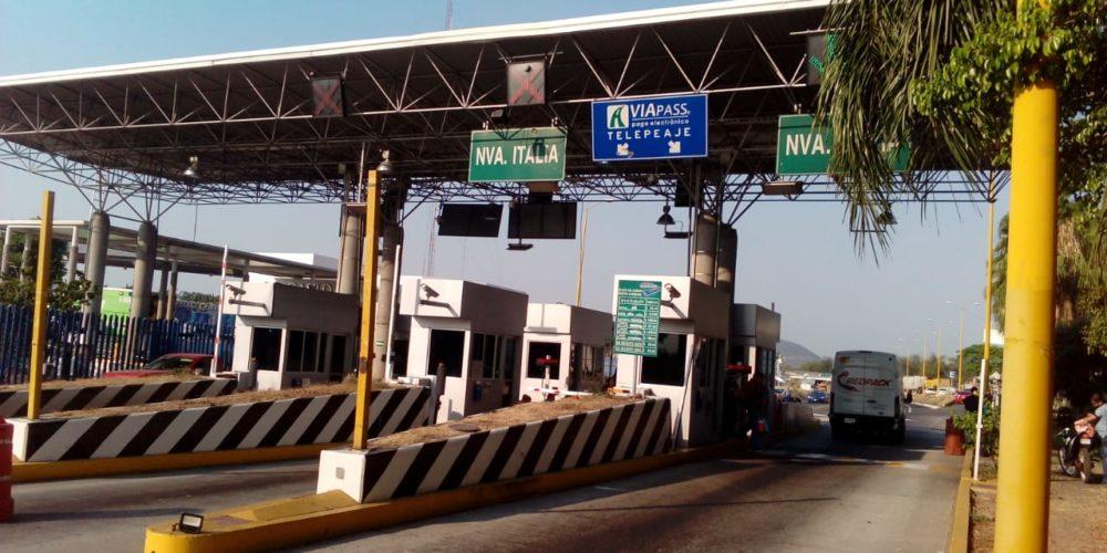 CNTE libera casetas de peaje en autopista Siglo XXI (Michoacán)