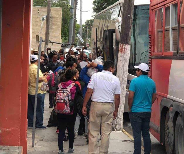 Trasladan a migrantes de la alberca Chávez. Salen en camiones al aeropuerto (Tamaulipas)
