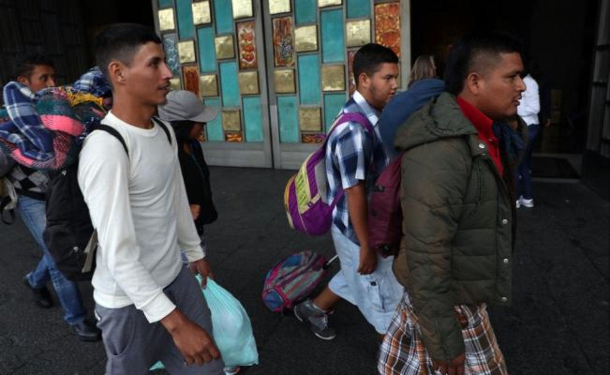 Rescatan a 49 migrantes transportados en camioneta por Veracruz