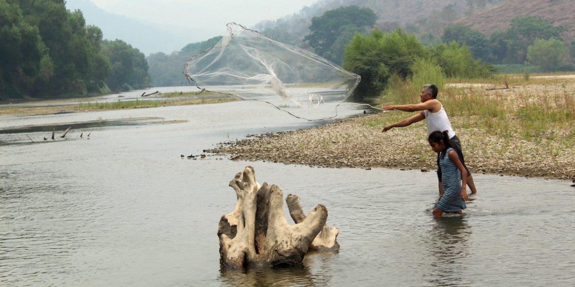 Familias priistas saquean río en Costa Chica de Guerrero