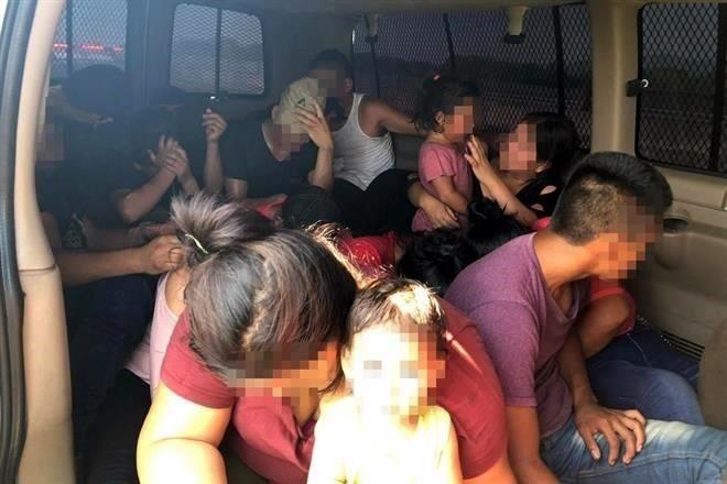 Caen 25 migrantes en vehículo clonado del INM en Veracruz