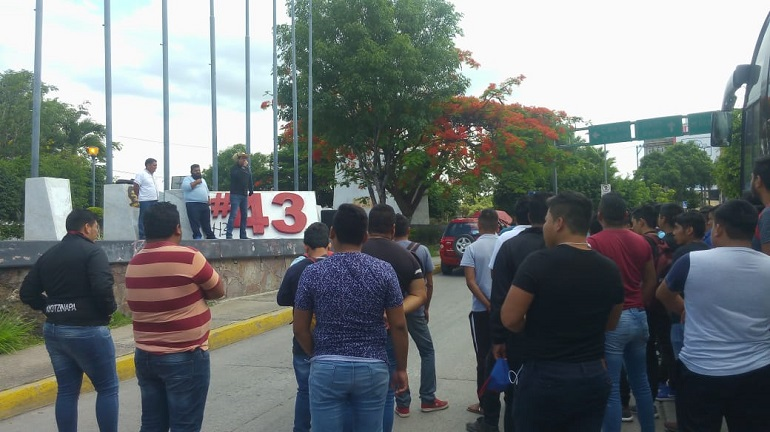 Con un mitin reprochan normalistas la falta de resultados en investigación del Caso Ayotzinapa