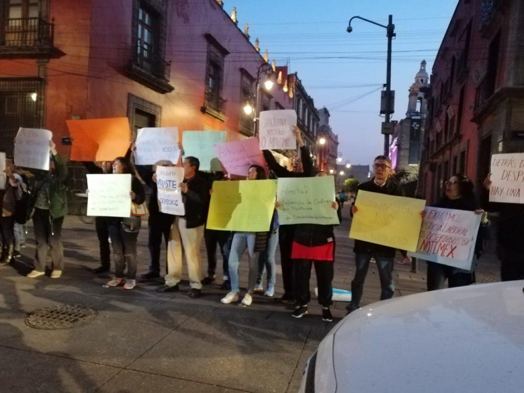 Trabajadores despedidos de Notimex se manifiestan en Palacio Nacional
