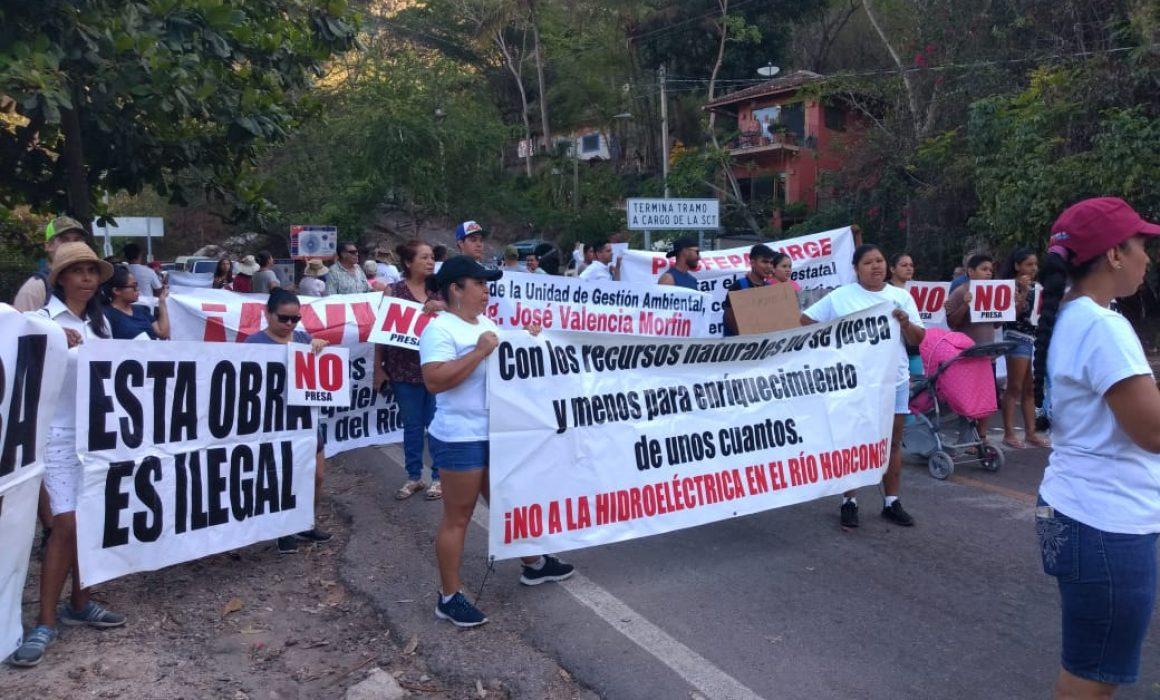 Bloquean habitantes de Puerto Vallarta la Carretera Federal 200  contra Hidroeléctrica (Jalisco)