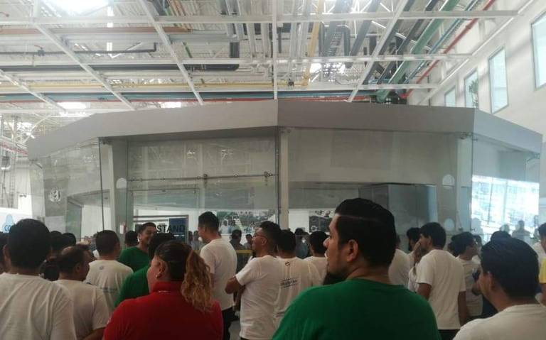 Paran labores en Volkswagen de Silao, trabajadores exigen pago de utilidades