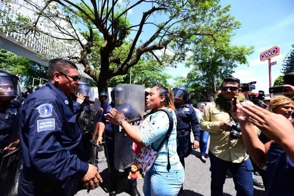 """Antimotines desalojan con violencia a madres de """"rechazados"""" en la UJAT (Tabasco)"""