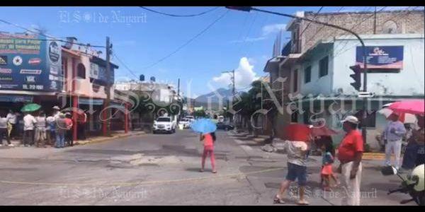 Vecinos bloquean avenida Victoria de Tepic por falta de agua potable (Nayarit)