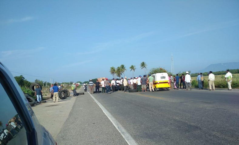 Asamblea de pueblo de San Dionisio del Mar bloquean carretera federal 190 (Oaxaca)